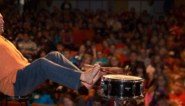 Alvin Law performing for an audience of students. Photo courtesy of alvinlaw.com.