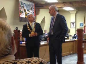 Mayor Taso Christopher (left) and Rev. David Mundy at Monday's city council meeting. Photo by Emilie Quesnel, QNet News